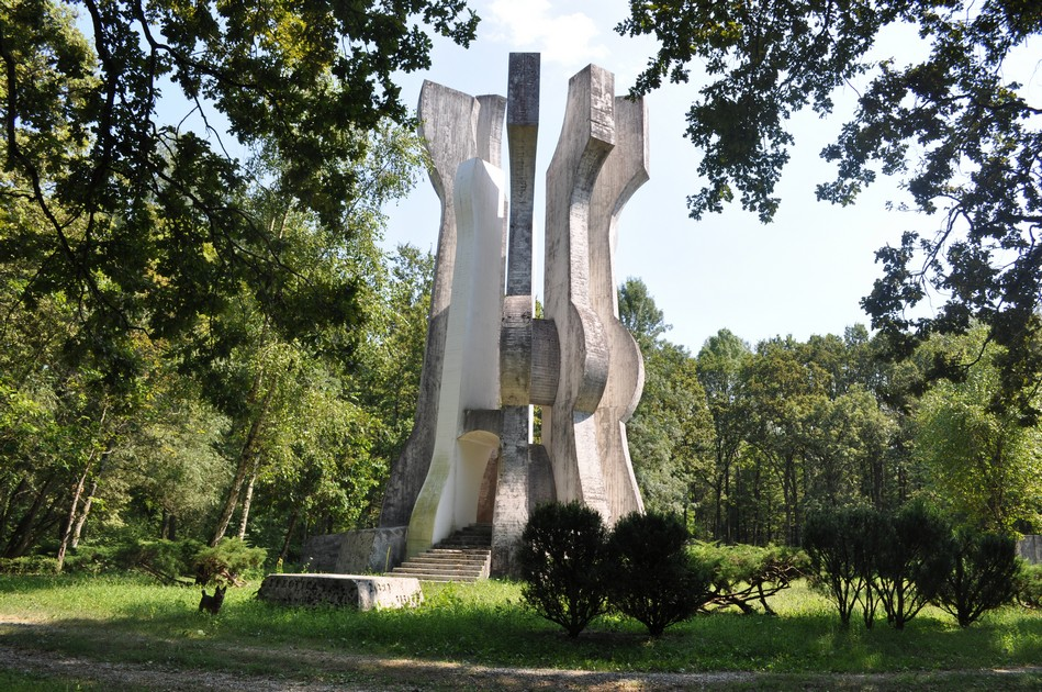 Monument to the Detachment in the forest
